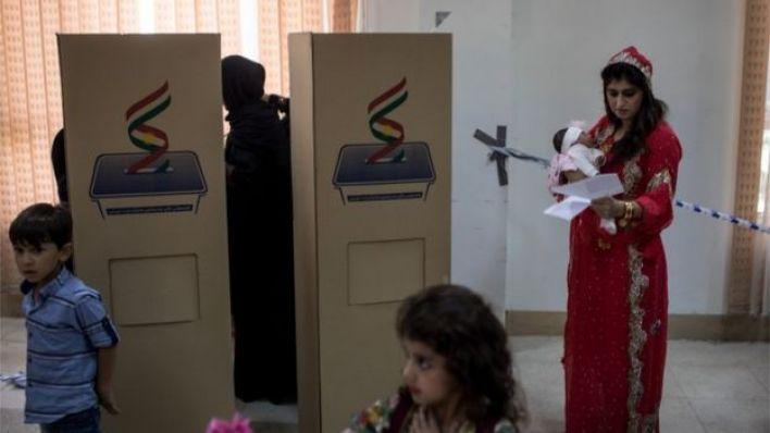 لبس النساء في اقليم كردستان اجمل ثيابهن كما حضر الرجال بثيابهم التقليدية الجميلة احتفاء بالاستفتاء على استقلال الاقليم ،بحسب ديلي تلغراف