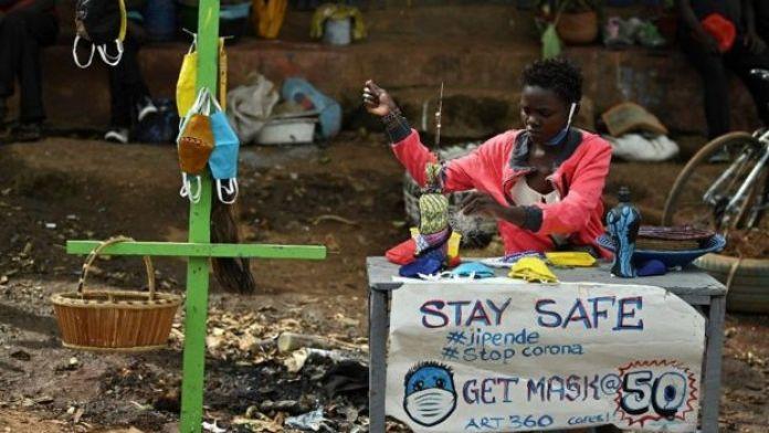 Les masques faciaux sont devenus une source de revenus en Afrique