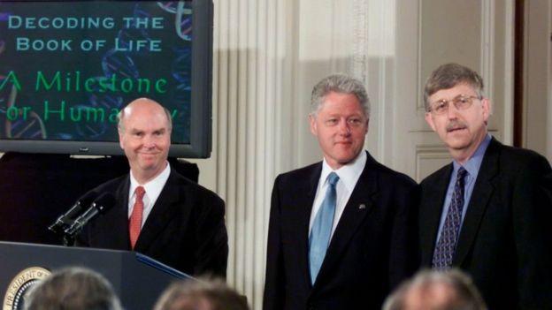 Bill Clinton y los científicos Craig Venter (izq) y Francis Collins.