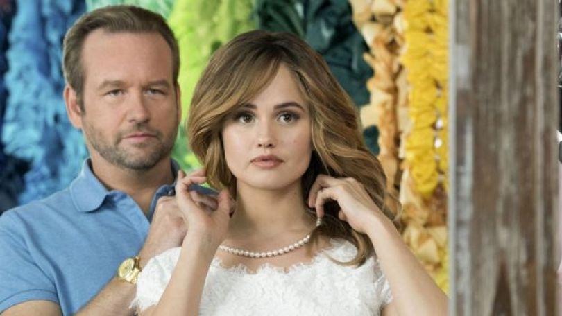 Os atores Dallas Roberts e Debby Ryan em cena da série 'Insatiable', do Netflix