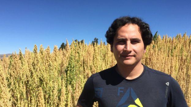 Jonathan Contreras diante de sua plantação de quinoa