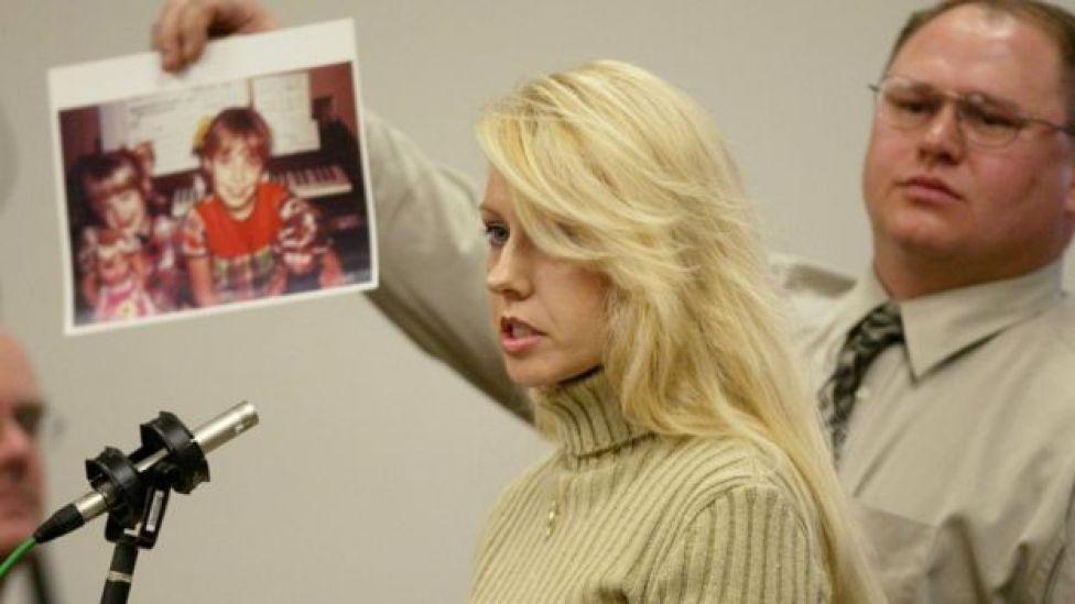 Testemunha durante julgamento de assassino em série