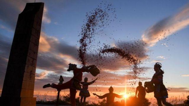 Agricultores com pimentas