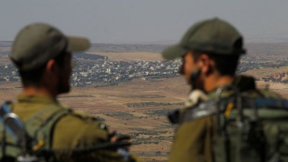 İsrail askerleri Kuneytra'ya doğru bakarken