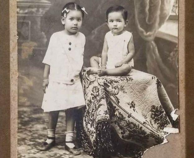 Grace, âgée d'un an, est assise avec sa sœur aînée Patsy