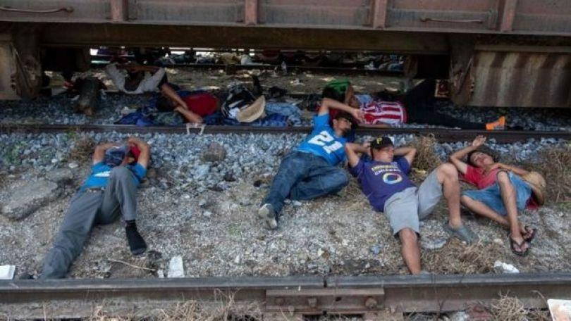 Migrantes da Caravana dormindo em trilhos de trem em Arriaga, no Mexico