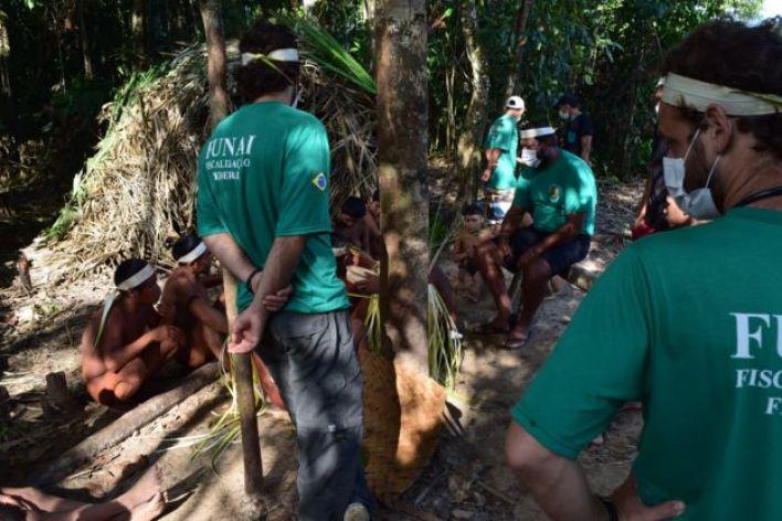 Agentes de saúde em aldeia Korubo