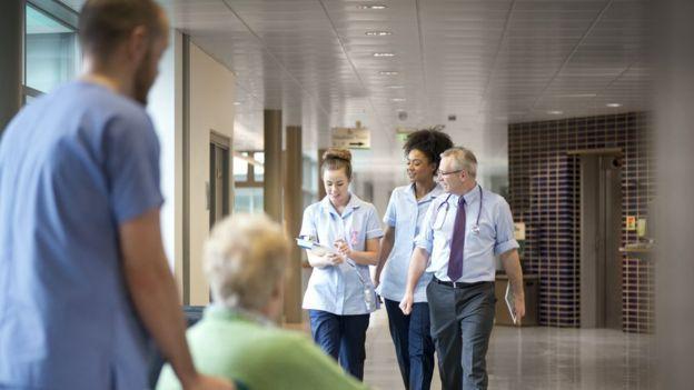 حملة في بريطانيا لمنح العاملين الأجانب في هيئة الخدمة الصحية الوطنية الإقامة الدائمة اعترافا بفضلهم في مكافحة الوباء.