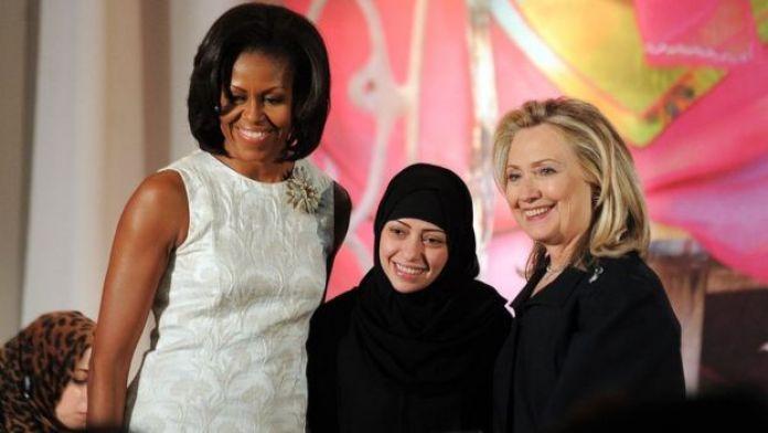 Samar Badawi, con Michelle Obama y Hillary Clinton, al recibir el Premio Internacional a las Mujeres de Coraje en EE.UU., en 2012.