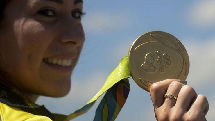 Mariana Pajón muestra la medalla ganada en Río 2016.