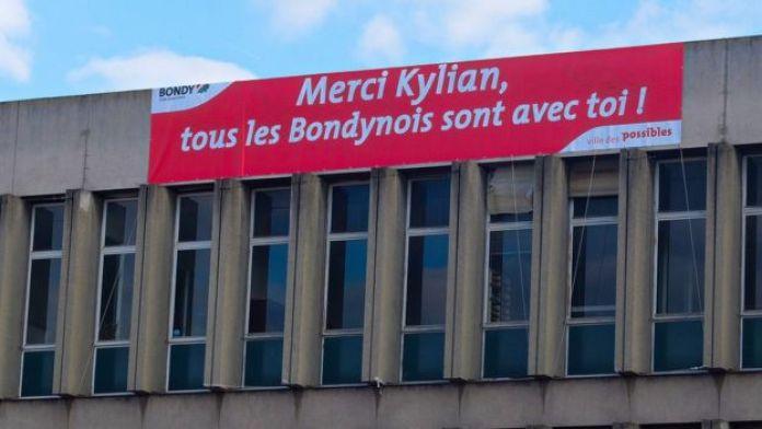 Affiche de soutien à Mbappé sur la façade de la mairie de Bondy