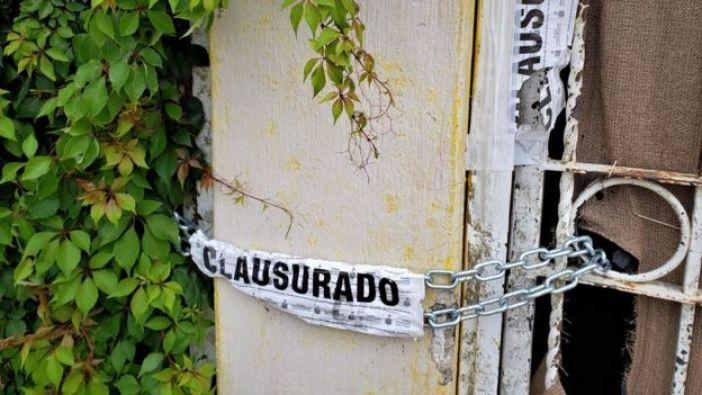 Una puerta con una cadena