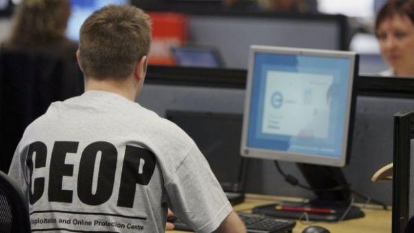 Un funcionario de la CEOP trabajando en su computadora.