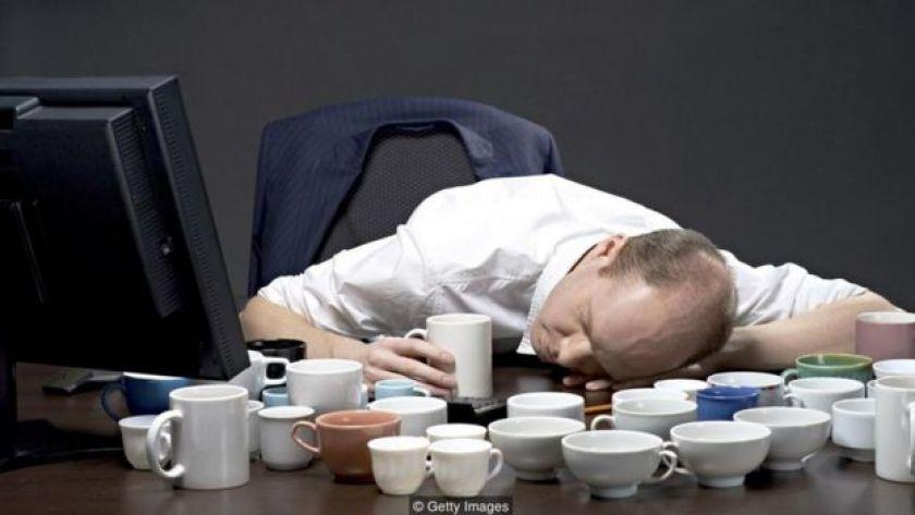 Masa başında uyuyan adam