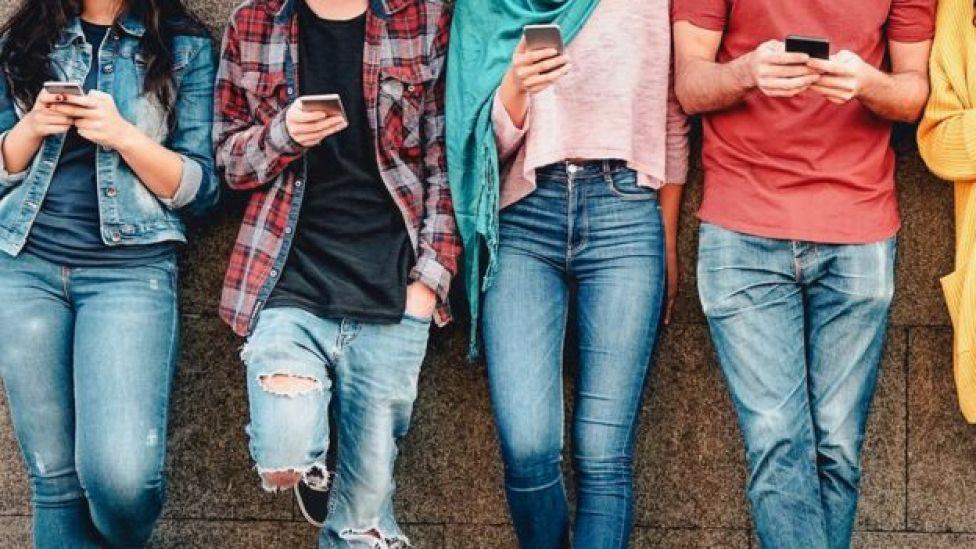 Jóvenes con teléfonos móviles