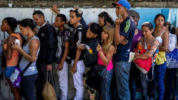 Fila para comprar alimentos na Venezuela