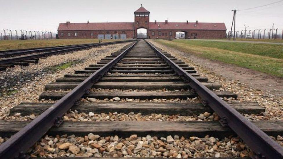Imagen de las vía del tren que dan acceso a Auschwitz