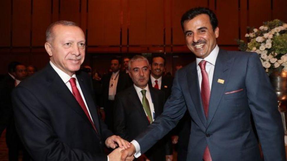 الرئيس التركي رجب طيب أردوغان يصافح الأمير القطري الشيخ تميم بن حمد آل ثاني