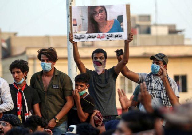 Hombres sostienen un cartel con la foto de Mia Khalifa