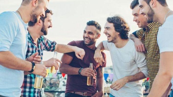 مجموعة من الشباب، يشربون البيرة ويثرثرون
