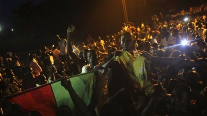 Anti-coup protesters sing the national anthem in front of the residence of Mogho Naba in Ouagadougou, Burkina Faso (21 September 2015)