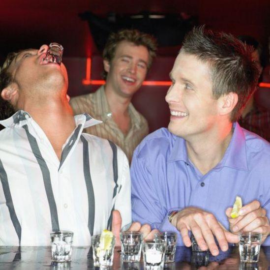 Jóvenes bebiendo