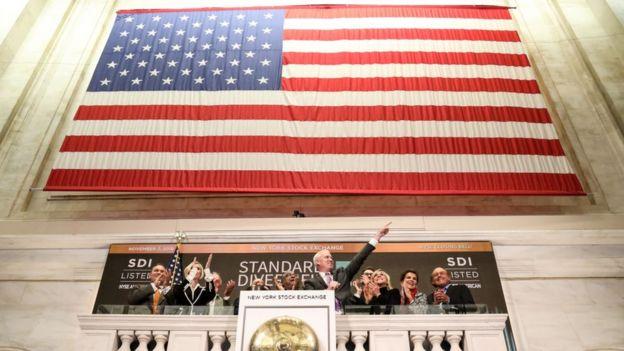 Bandeira dos EUA em Wall Street.