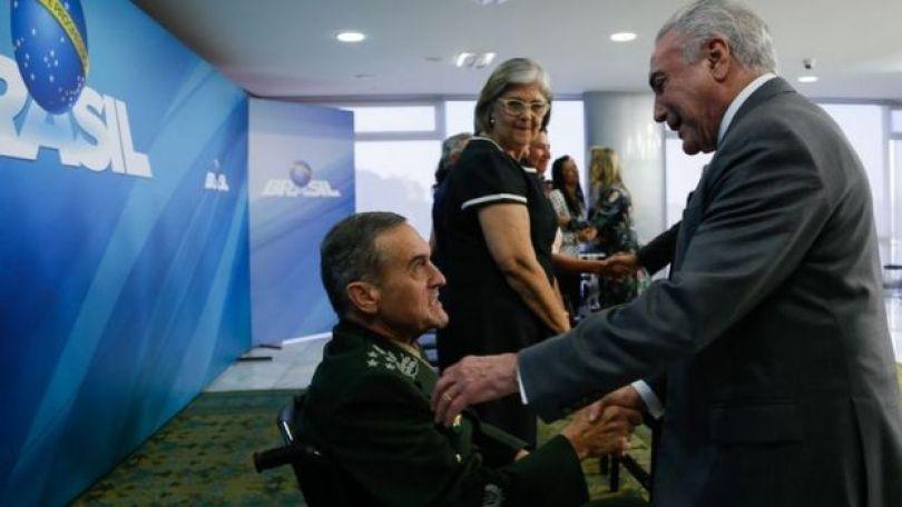 Presidente Michel Temer cumprimenta Villas Boâs que está na cadeira de rodas