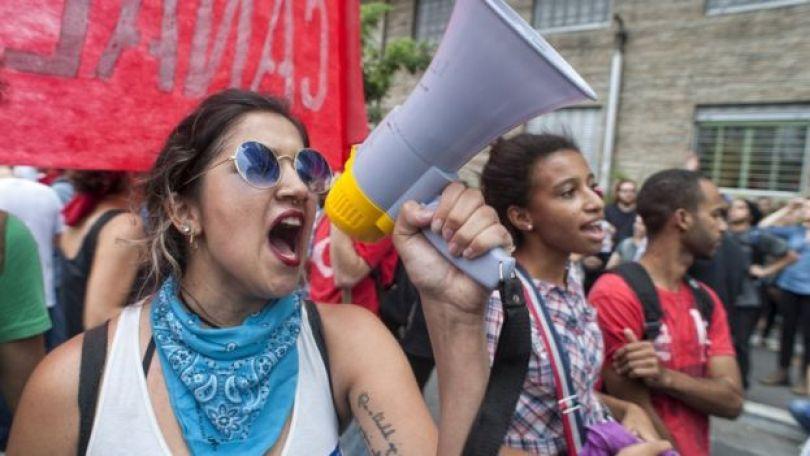 Mulheres num protesto com megafone em São Paulo, em janeiro de 2016:
