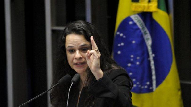 Janaina Paschoal fala no plenário, em frente a bandeira do Brasil, no julgamento do impeachment de Dilma Rousseff em 2016