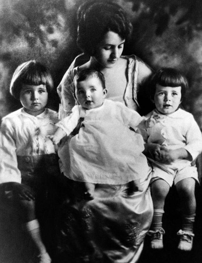 Rose Kennedy con Rosemary en brazos y Joe y Jack a los lados.