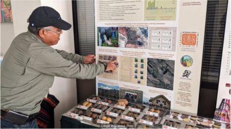 René Gómez mostra diferentes variedades do tubérculo no Centro Internacional da Batata, em Lima