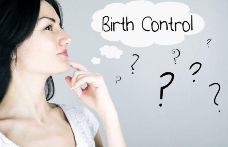 Mujer que duda sobre qué método anticonceptivo elegir