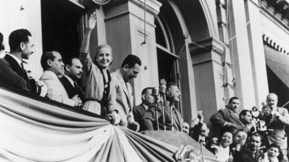 Juan Domingo Perón y su esposa Eva Duarte en el balcón de la Casa Rosada en 1949.