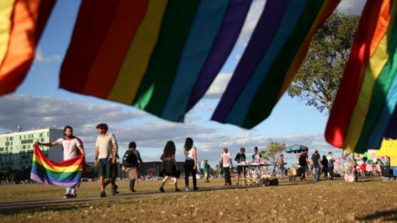 Bandeira do arco-íris LGBT na Parada do Orgulho de Brasília de 2018, na Esplanada dos Ministérios