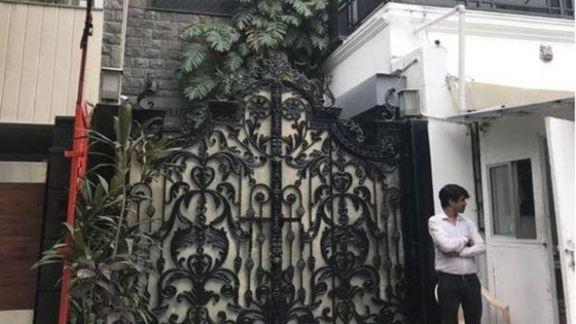Ozdobna brama przed budynkiem
