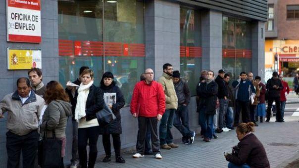 Una fila de personas en una oficina de empleo