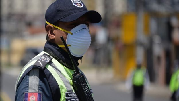 Policial usando máscara