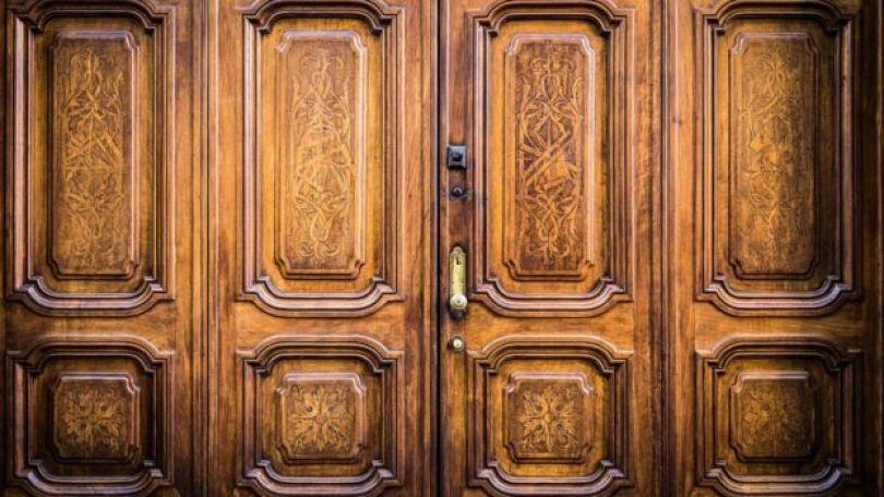 Porta de madeira com inscrições