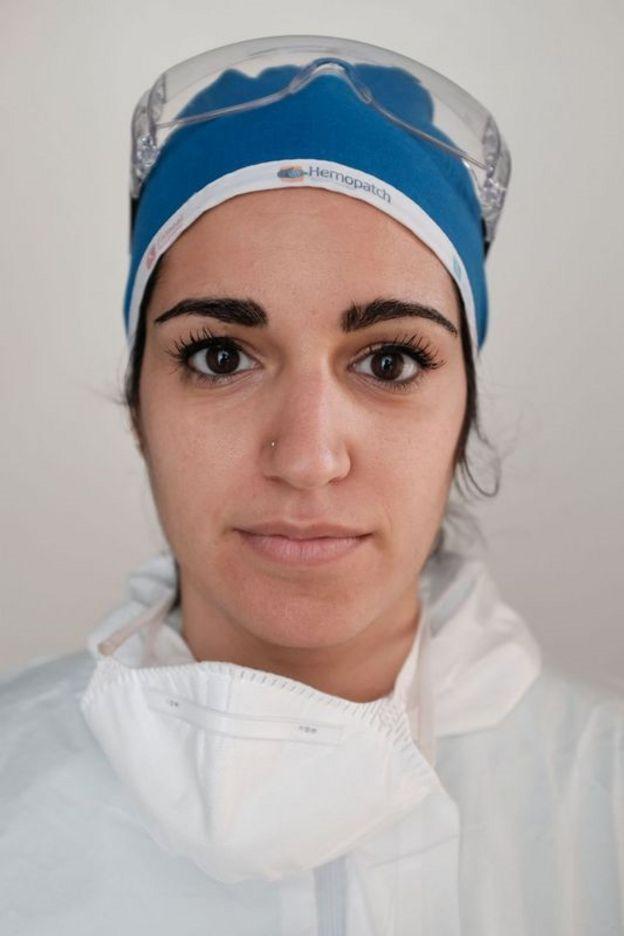 Una enfermera con equipo de protección personal