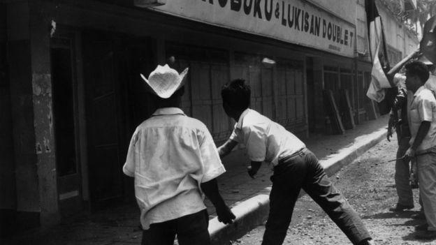 Ataques contra intereses comunistas en Indonesia, incluyendo librerías