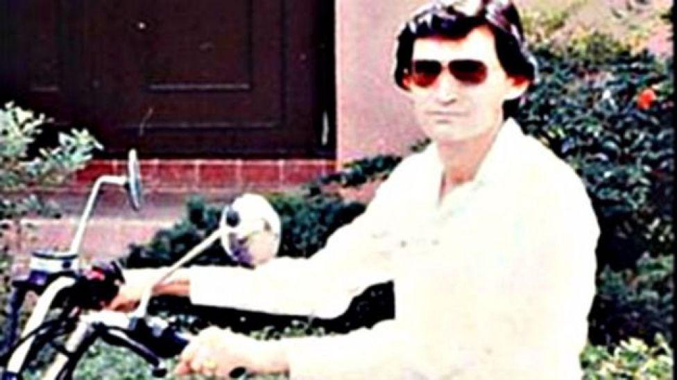 Miguel Ángel Félix Gallardo en una motocicleta.
