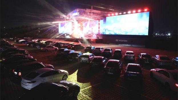 شركة هيونداي موتور أقامت حفلا موسيقيا في كوريا الجنوبية حيث شاهد الجمهور العرض من السيارات حفاظا على قواعد التباعد الاجتماعي