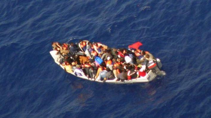 مهاجرون في قارب في البحر