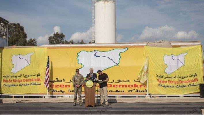 مستشار امريكي يتحدث في احتفال قوات سوريا الديمقراطية بالسيطرة على باغوز
