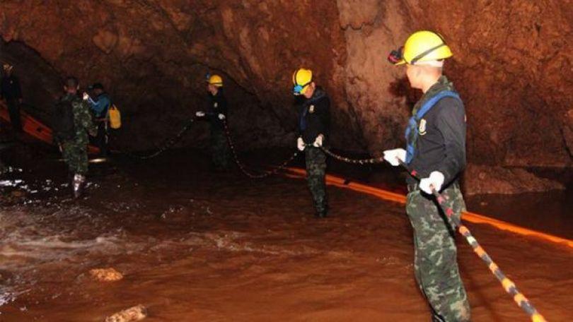 militares na caverna