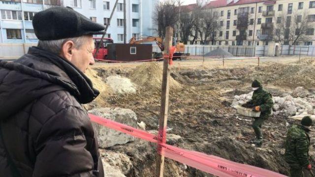 Mikhail mira el lugar donde hallaron la fosa común en lo que antaño era el gueto de Brest.