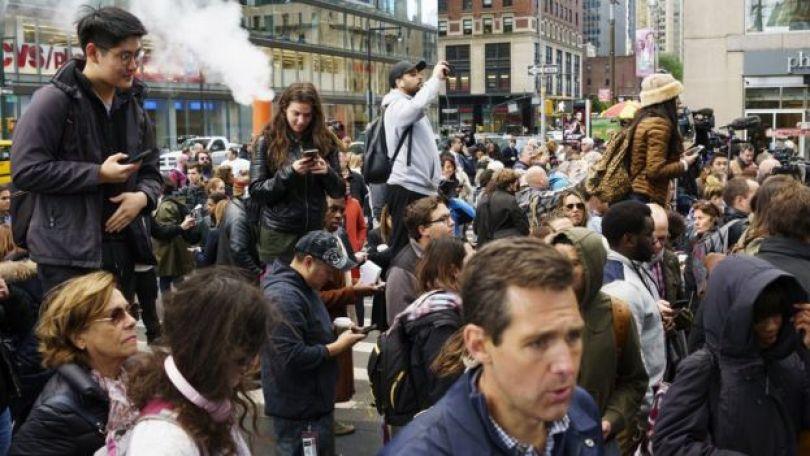 Transeuntes observam enquanto a polícia investiga ameaça de bomba e explosivo encontrado no escritório da CNN em Nova York