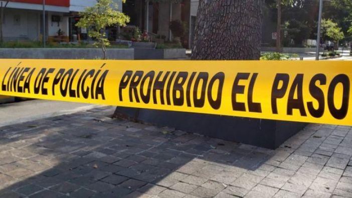 """Una cinta de """"prohibido el paso"""" en una calle de Guadalajara"""