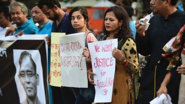 Bangladeshi protesters and former Rajshahi University students protest against the killing of a university professor in Dhaka (29 April 2016)
